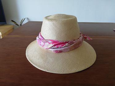 帽子にハンカチを巻く