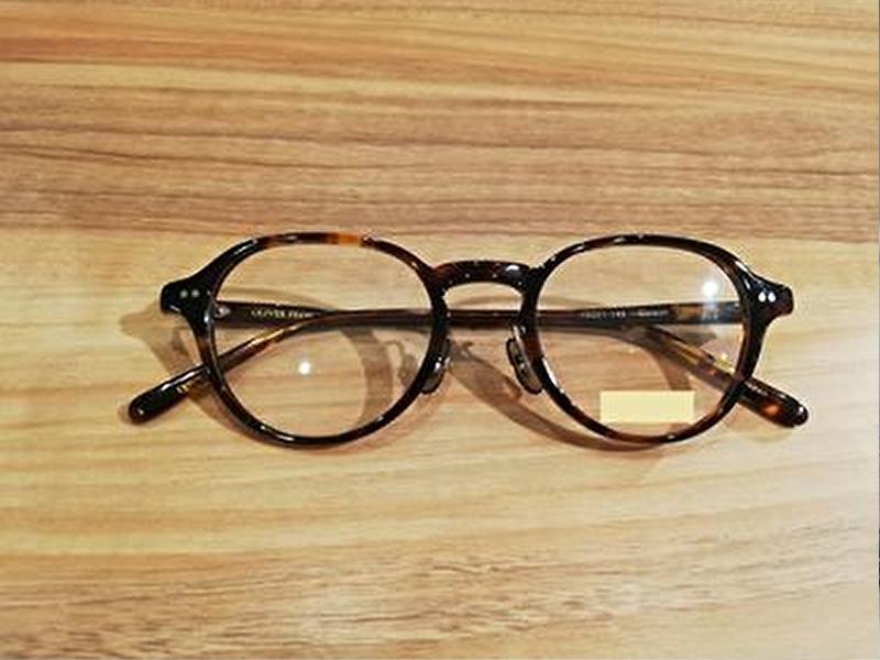 丸みを帯びたフレームのメガネ